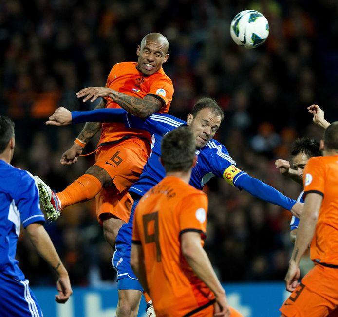 Ildefons Lima in 2014 in duel met Nigel de Jong.