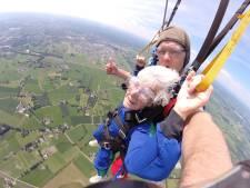 Blind en 92, nou en? Theo uit Zutphen gaat parachutespringen