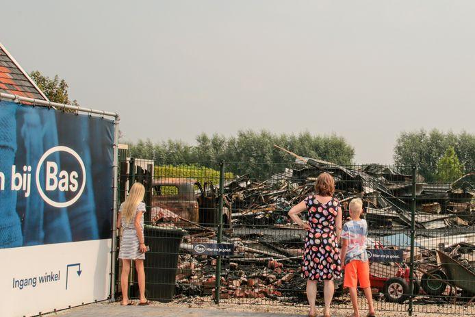 Mensen komen kijken naar de schade van de brand in Brandwijk.