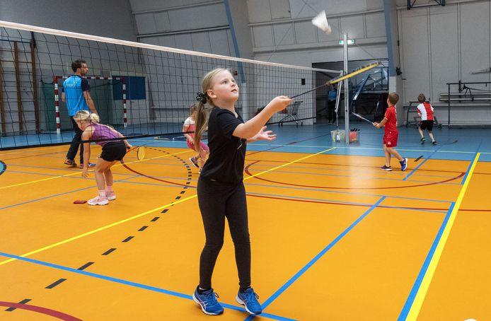 Lieke Cohn is al heel bedreven in het omhooghouden van de badmintonshuttle.