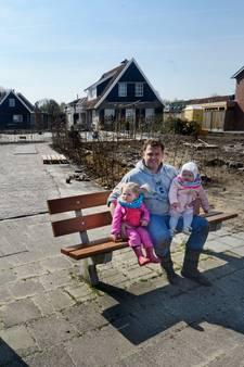 Bankje van gemeente blokkeert nieuwe oprit Frans uit Vriezenveen