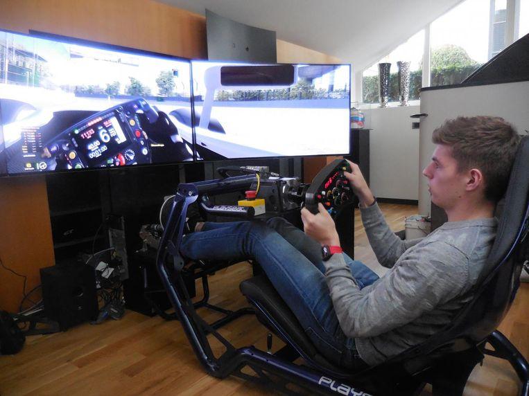 Zelf racen tegen Max Verstappen? Het kan online, waar hij winterse verveling verdrijft op een simulator