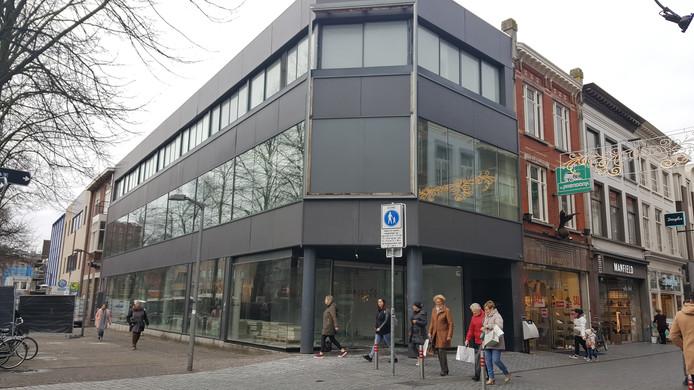 Het voormalige Zara-pand op de hoek van de Eindstraat en Karnemelkstraat.