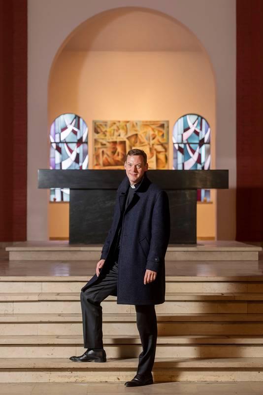 Harm Schilder in de lege kerk aan de Ringbaan West in Tilburg. Vorig jaar verruilde hij zijn parochie daar voor die in Bladel.