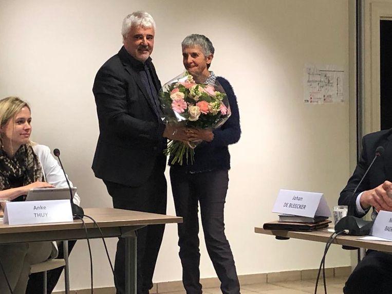 Partijgenoot Bruno Tuybens zette Marleen Vanwildemeersch in de bloemetjes.