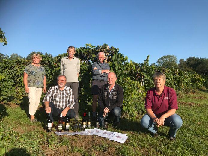 CVAW-wijnbouwers met enkele flessen van hun wijnen uit 2018 waarmee ze in Wenen in de prijzen vielen.