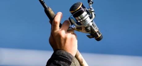 Vissers herkennen gestolen spullen in schuur met 28 hengels in Emmeloord