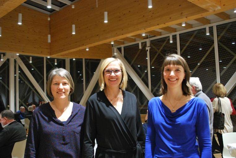 Schepen Cindy Vanbaeden geflankeerd door Eva Pauwels en Eva Van Hove, coördinatoren vrijwilligerswerkers.