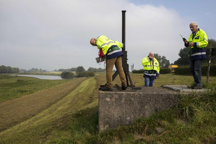 Dijkwachten van het waterschap controleren de dijk langs de IJssel tussen Wijhe en Zwolle