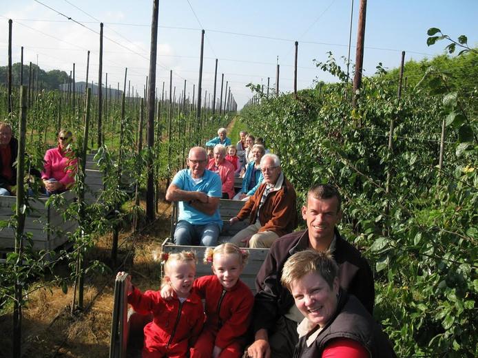 Wie appels plukt bij Fruitbedrijf Hoekstra in Luttelgeest gaat met een 'pluktrein' de boomgaard in.