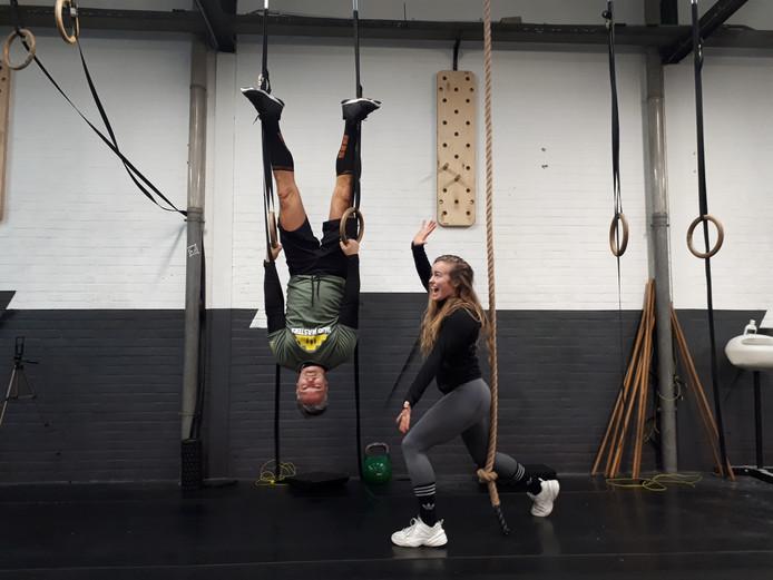 Michel van Hoeij in de ringen tijdens 24 uur crossfit workouts voor Serious Request met eigenaresse van sportschool Feel So Good, Robin Couprie