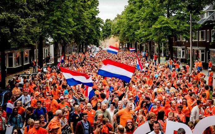 Fans lopen in de Oranjeparade naar het stadion voor de openingswedstrijd van Nederland tegen Noorwegen tijdens het EK voetbal voor vrouwen in 2017.