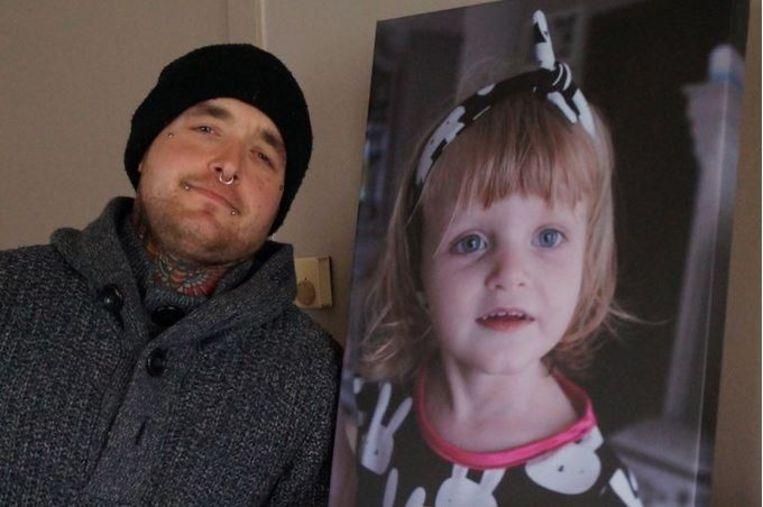 Tim met een foto van Nyah. Hij verloor zijn dochter op 4-jarige leeftijd aan de gevolgen van kinderepilepsie.