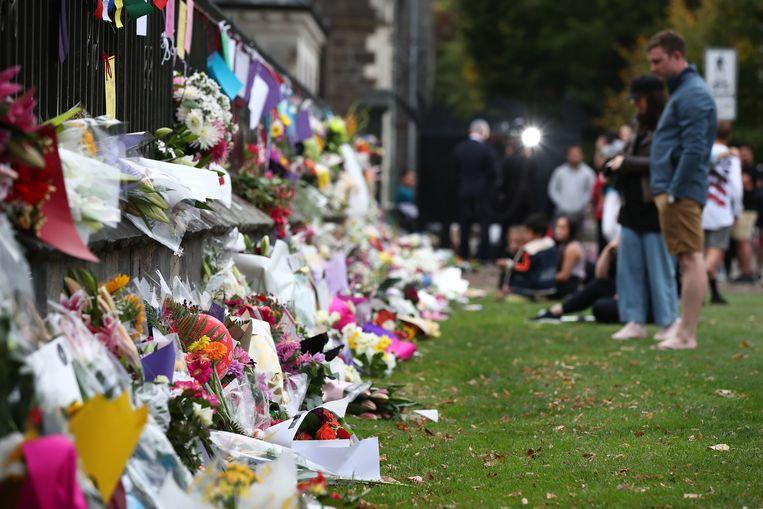 Inwoners van Christchurch laten bloemen en persoonlijke boodschappen achter voor de slachtoffers van de aanval op twee moskeeën in de stad, waarbij 49 mensen om het leven kwamen.  Beeld Getty Images