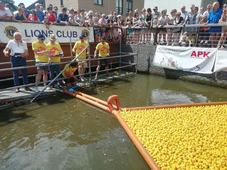 Bij de finish wordt gekeken van wie het winnende eendje is.