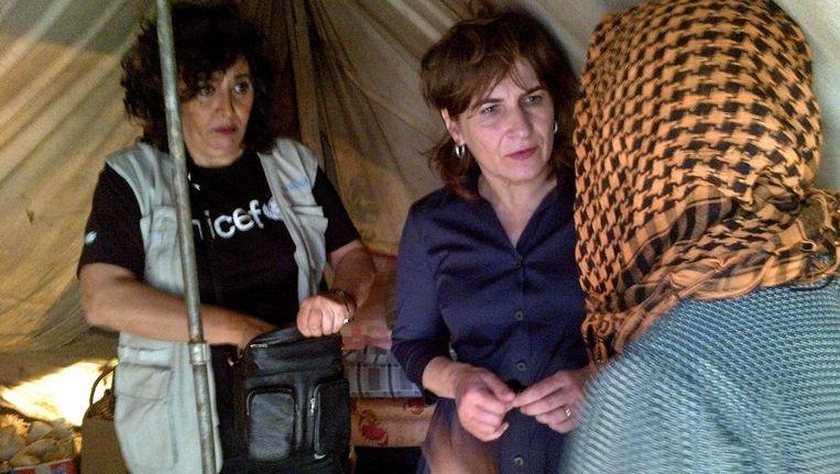 Minister Lilianne Ploumen van Buitenlandse Handel en Ontwikkelingssamenwerking praat met vluchtelingen tijdens een bezoek aan de Syrische grens in Libanon. Beeld ANP Communique
