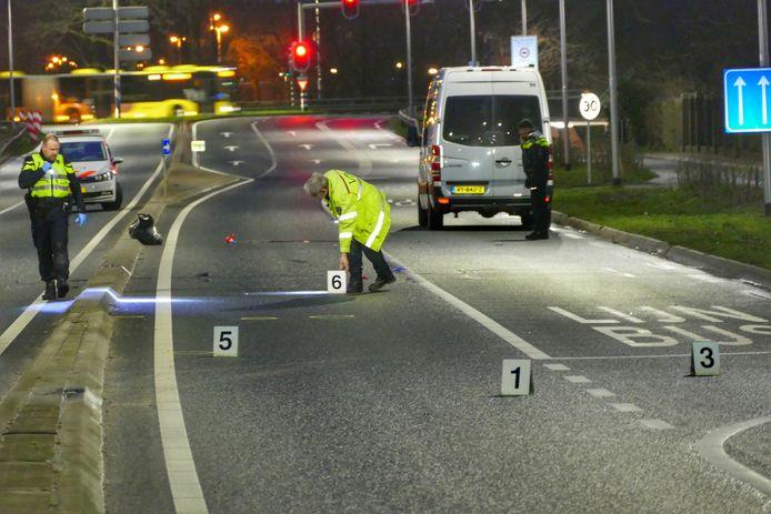 De politie deed uitgebreid onderzoek op de Biltsestraatweg na het ongeval.