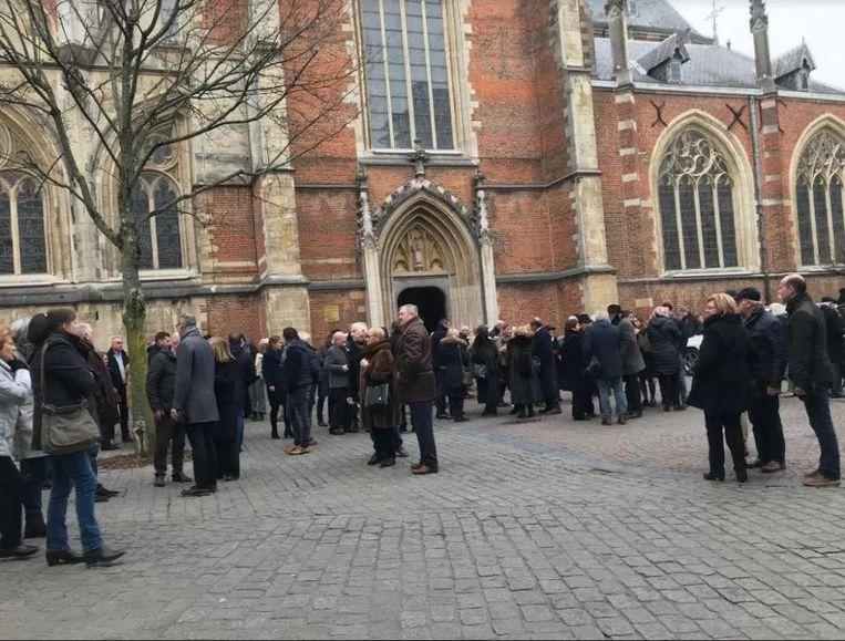 Schrijver Louis Verbeeck (inzet) is nog lang niet vergeten in Hasselt. De Sint-Quintinuskathedraal zat afgeladen vol voor zijn begrafenisplechtigheid.