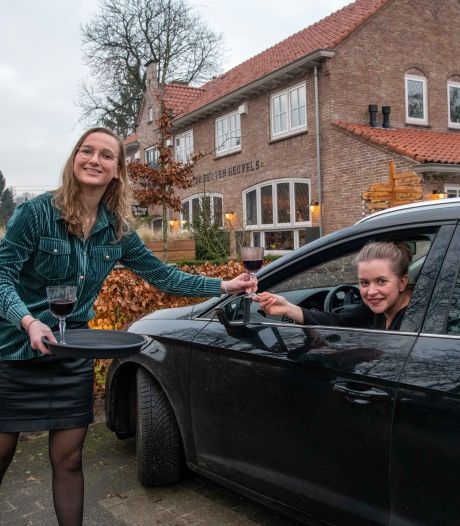 Smikkelen in de auto bij Noord-Veluwse restaurants tijdens culinaire rit van Wij Samen uit Wezep