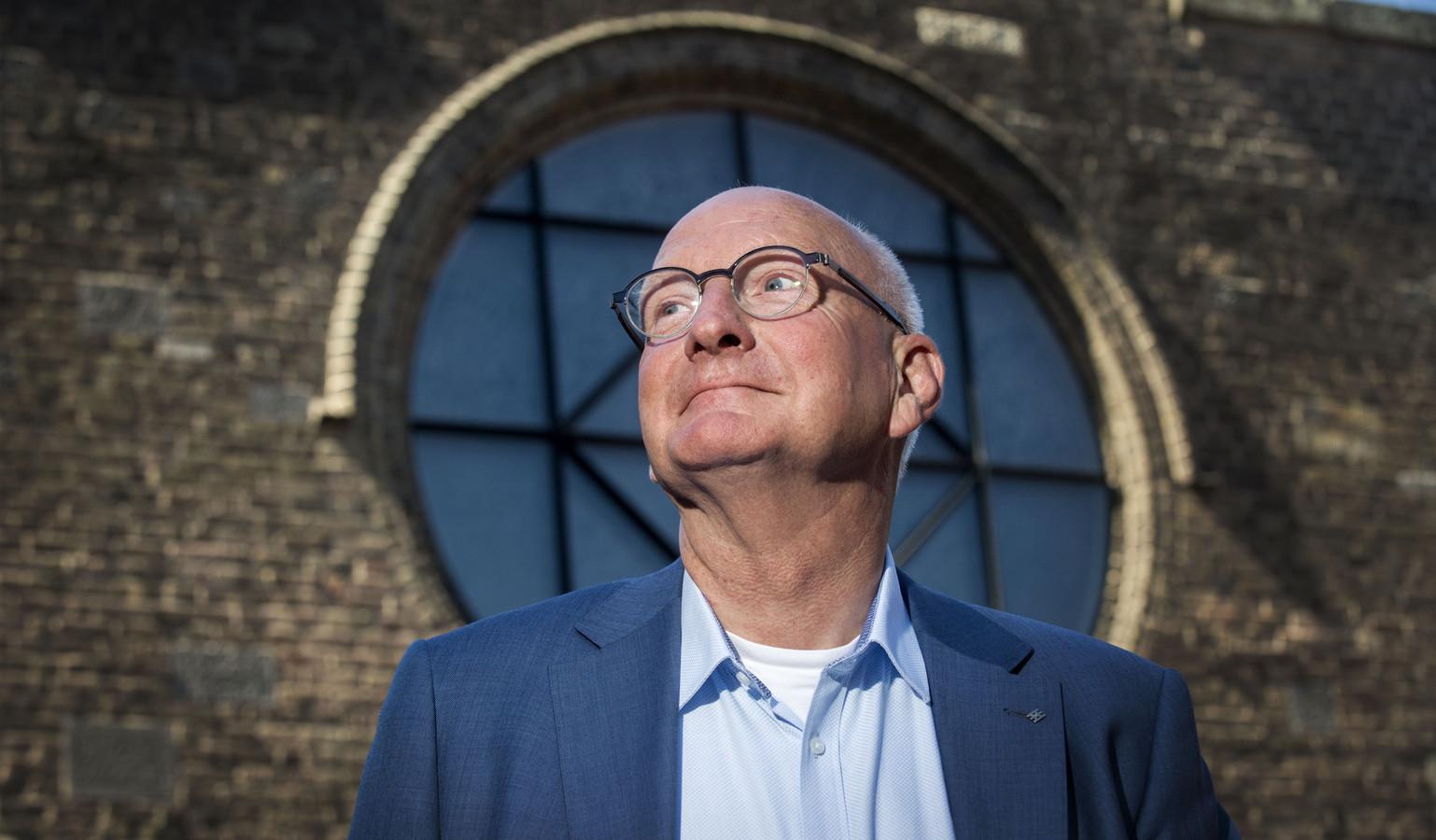 Hans van Agteren, vertrekkend wethouder. Op de achtergrond de Jacobuskerk.