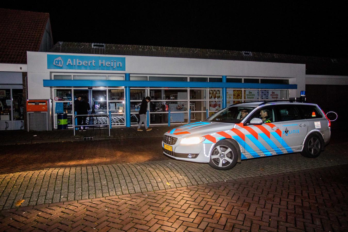 Een politie-auto bij een Albert Heijn in Culemborg tijdens de stroomstoring.