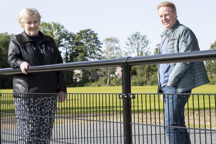 Rineke Gieske (l) , bestuurslid van la Premiere, en Leo van Raaij (R), bestuurslid van Uitsmijters honkbalclub. Beide clubs gaan samen het sportcomplex bestieren.