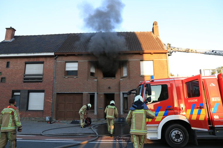 De brand sloeg over naar de bovenverdieping van de woning die eveneens zware schade opliep.