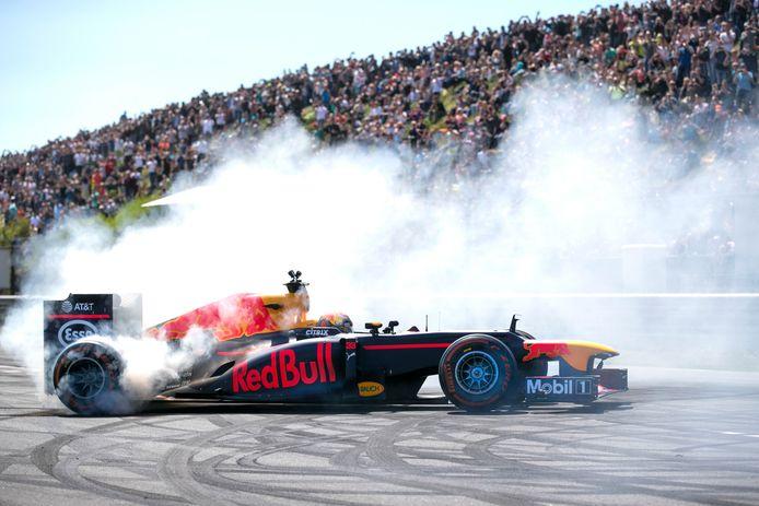 Max Verstappen laat bij een demonstratie op Zandvoort de banden roken en de motor van zijn bolide brullen voor zijn fans.