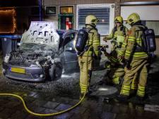 Auto verwoest door brand in Dieren