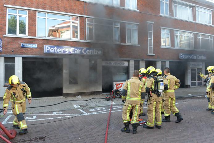 Brand in een autobedrijf in de Jan Wapstraat in Den Haag