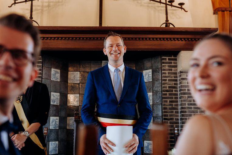 Burgemeester Tony Vermeire blijft huwelijken voltrekken, maar dan wel op een coronaproof manier.