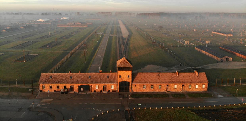 Luchtfoto van het voormalig vernietigingskamp AuschwitzII (Birkenau). Achter de hoofdpoort ligt het perron waar de treinen aankwamen. Beeld Pablo Gonzalez / Getty
