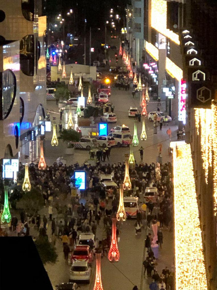 In de Grote Marktstraat in Den Haag, voor het pand van de Hudson's Bay, heeft vrijdagavond een steekpartij plaatsgevonden. Er zijn meerdere ambulances opgeroepen naar het warenhuis.