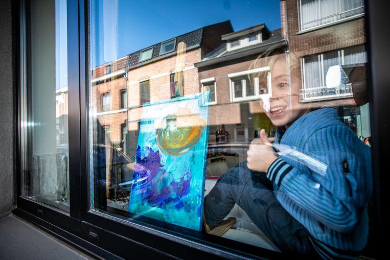 Manil Peters (4) maakt alle dagen een kunstwerk en zet het voor het raam.