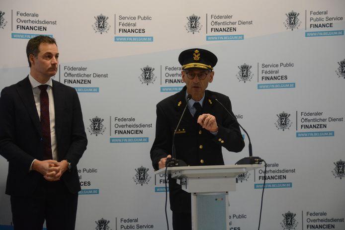 Minister De Croo en Kristian Vanderwaeren, administrateur-generaal van de douane, maakten woensdag de resultaten bekend van de drugsvangsten het voorbije jaar in de haven van Antwerpen.