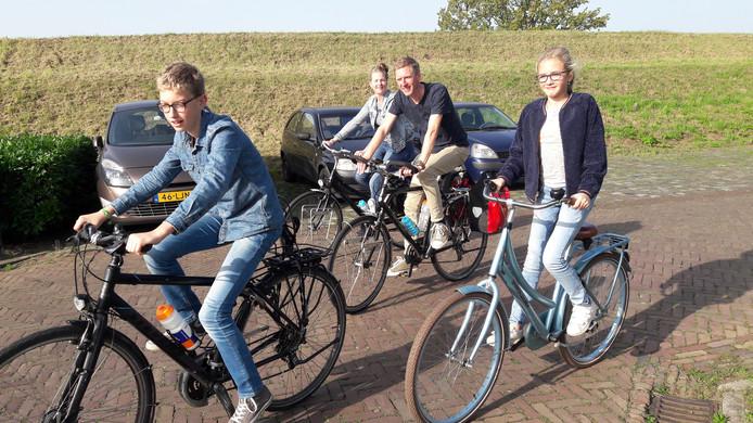 Het huisje in Rhenen is pas om 15.00 uur beschikbaar, maar dit gezin uit Bergen op Zoom peinst er niet over om daar thuis op te gaan zitten wachten. Dus is er een tussenstop gemaakt in Heusden om 'even' 30 kilometer langs de rivieren te fietsen.