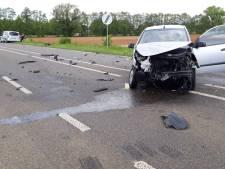 Geen gewonden bij botsing tussen twee auto's op rondweg Dinxperlo, wel veel schade