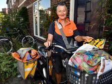 Angeline (66) de vrolijke postbode van het Soesterkwartier gaat met pensioen en bezorgt 900 afscheidskaarten
