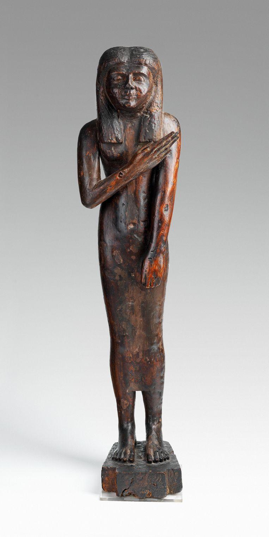 Dit zeldzame houten tempelbeeld, 70 cm hoog, zou in 1896 op een bazaar in Luxor zijn gekocht door een Keulse staalfabrikant. Deze familie heeft het nu verkocht aan het Allard Pierson Museum.<br />het houten tempelbeeld Beeld Allard Pierson Museum