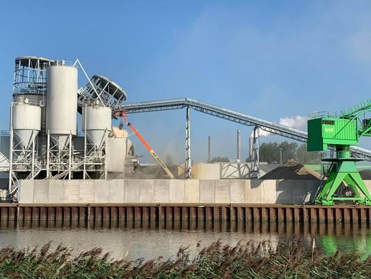 Een silo bij betonproducent Bruil in Geertruidenberg is deels ingestort. De silo kwam daarbij op het dak van een loods terecht.