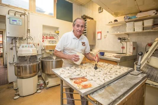 Bakker John van Dommelen maakt paasbroodjes. Voor de laatste keer, want de bakkerij sluit binnenkort de deuren.