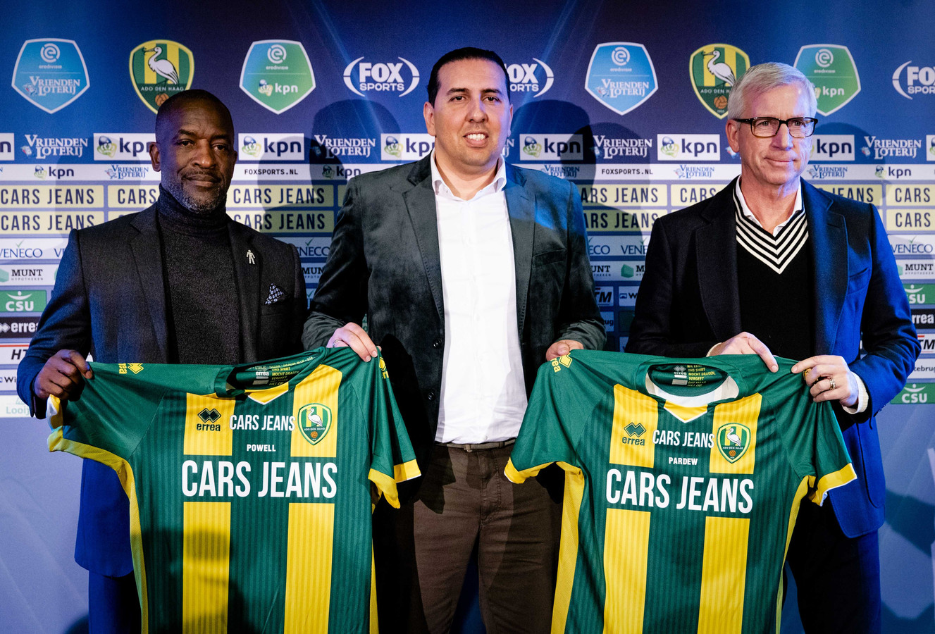 ADO-directeur Mohammed Hamdi (m) poseert met de nieuwe trainer Alan Pardew (r) en zijn assistent Chris Powell.