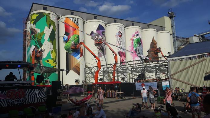 De silo's van de voormalige mengvoederfabriek krijgen graffiti