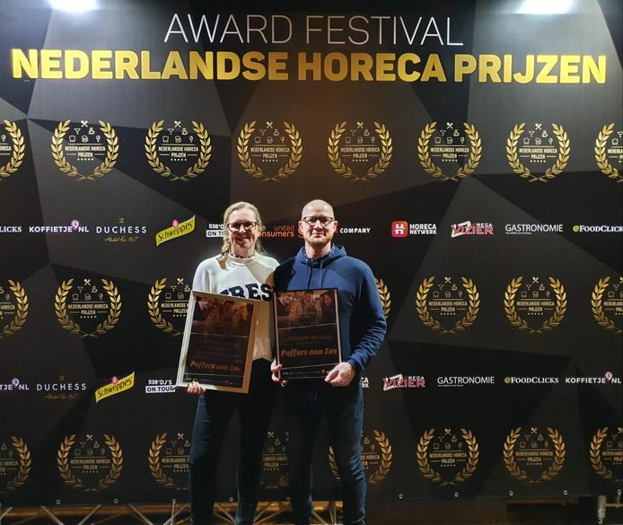 Diana en Norman Dijst met hun prijs in Aalsmeer.