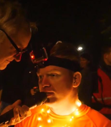 Verlamde Dennie loopt met exoskelet over finish: dat gunt hij anderen met dwarslaesie ook