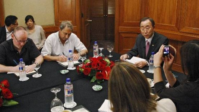 Ban Ki-Moon praat met meereizende journalisten. (AP) Beeld