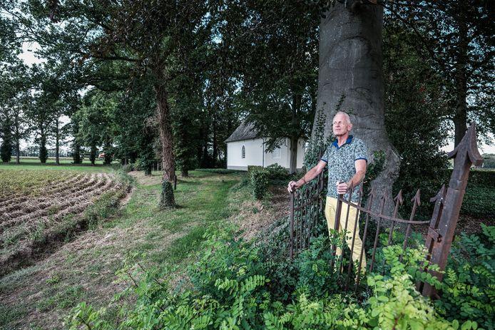Kerkrentmeester Frans Wiggers kijkt uit op het perceel waar de natuurbegraafplaats moet komen bij de kapel in Sinderen.