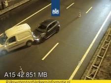 Grote file door ongeluk op A15 bij Pernis, vertraging neemt af