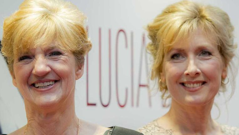Lucia de Berk (L) en Ariane Schluter (speelt Lucia in de film) op de rode loper bij de premiere van de Nederlandse film Lucia de B. Beeld anp