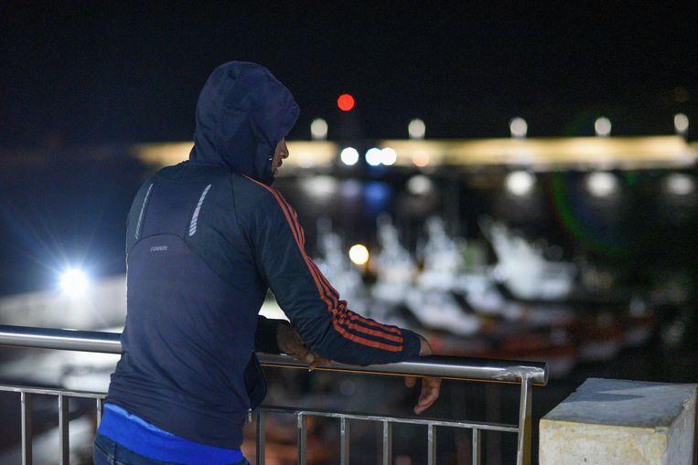 Een Tunesische migrant die net in Lampedusa aangekomen is.